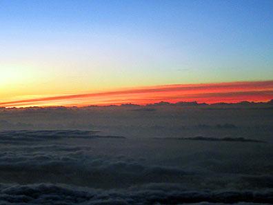 頂上、日の出前の朝焼け