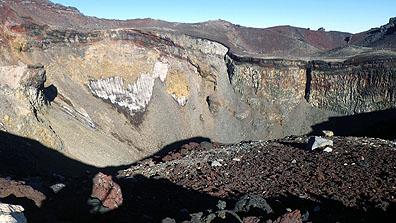 山頂の火口壁